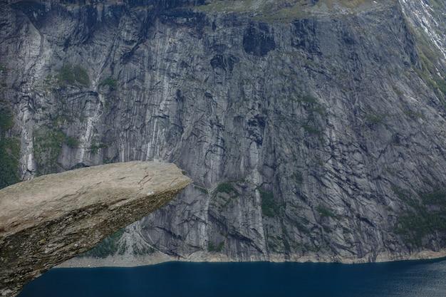 Morceau de roche en norvège appelé la langue du troll