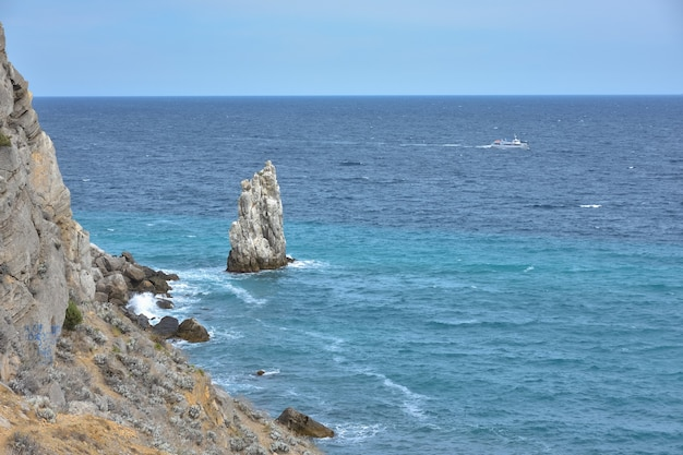 Un morceau de rocher près de la mer près de la côte, une vue sur les rochers côtiers près du château swallow's nest en crimée, un grand morceau de rocher détaché au milieu, le littoral à gauche, vue sur la mer
