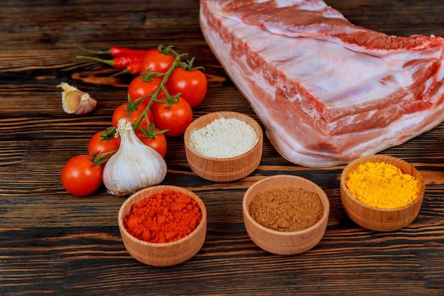 Morceau de saindoux aux épices sur une table de cuisine. cuisine à domicile.