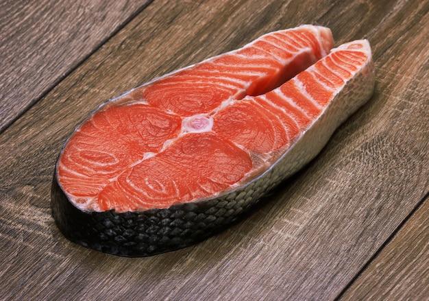 Morceau de saumon sur un bois