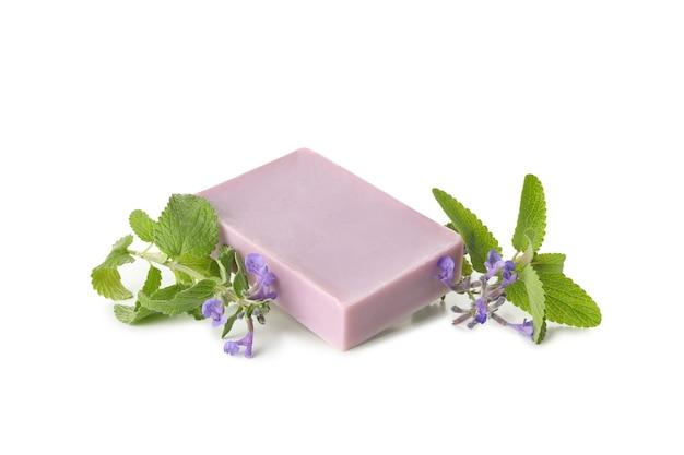 Morceau de savon artisanal naturel isolé sur fond blanc