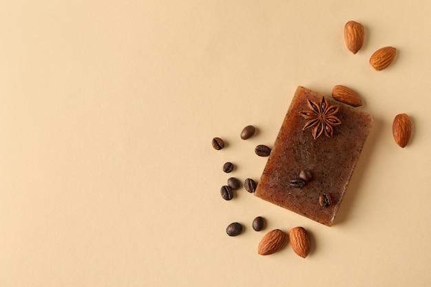 Morceau de savon artisanal naturel sur surface beige