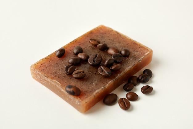 Morceau de savon au café naturel sur une surface blanche