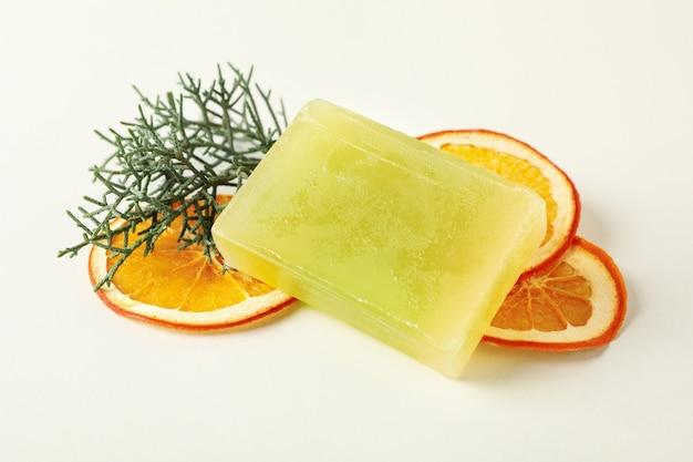Morceau de savon orange naturel sur blanc
