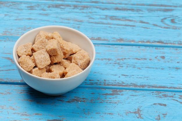 Morceau de sucre de canne brun