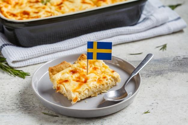 Morceau de tarte au fromage traditionnelle suédoise, fond gris. concept de cuisine suédoise.