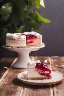 Morceau de tarte aux cerises avec crème