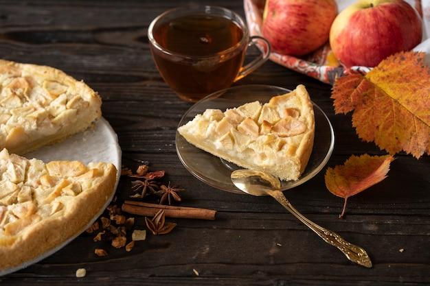 Morceau de tarte aux pommes maison charlotte de pommes rouges et jaunes