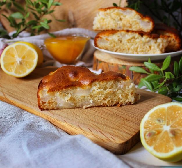 Un morceau de tarte aux pommes sur une planche en bois