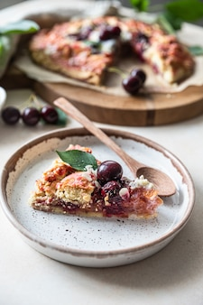 Morceau de tarte ou galette aux amandes cerises et glace