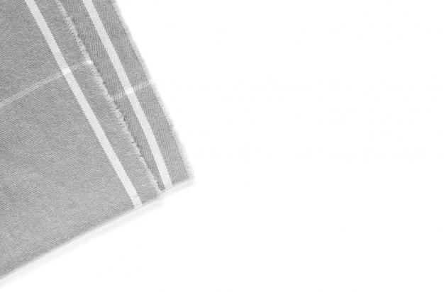 Un morceau de tissu à carreaux gris est isolé