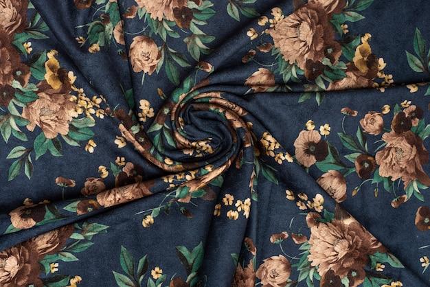 Un morceau de tissu velours bleu avec de grandes fleurs