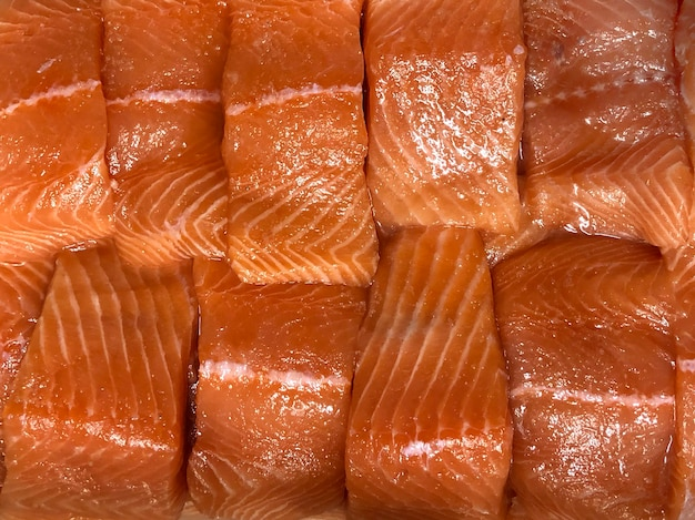 Morceau de tranche de fond de poisson saumon poke day vue de dessus