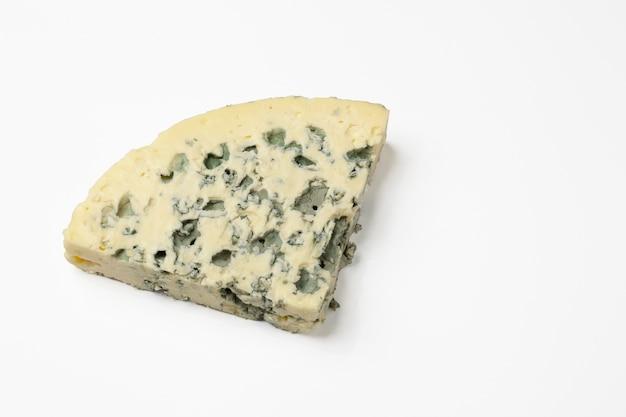 Morceau triangulaire de fromage bleu. isolé sur une surface blanche.