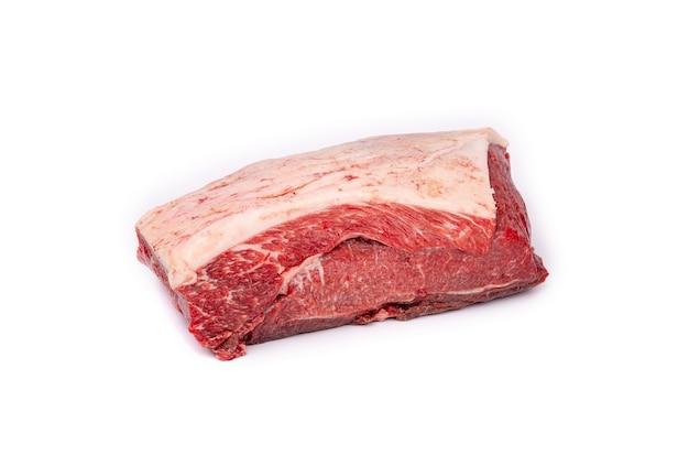 Morceau de viande de cheval crue fraîche isolée sur fond blanc,