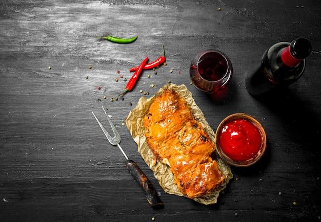 Morceau de viande grillée au vin rouge. sur le tableau noir.