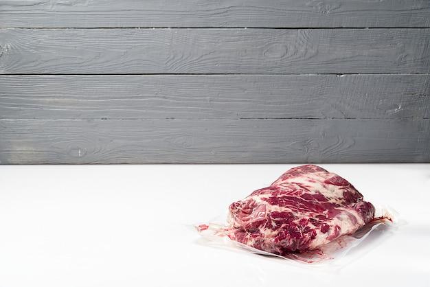 Morceau de viande de porc fraîche sous vide. viande de cou de porc fraîche crue emballée sous vide