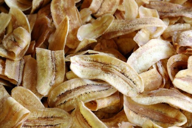 Morceaux de banane frits en tranches minces