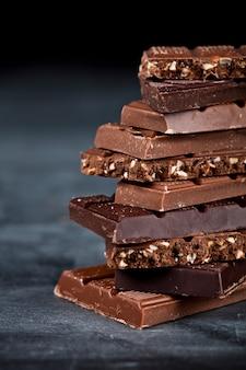 Morceaux de barre de chocolat agrandi.