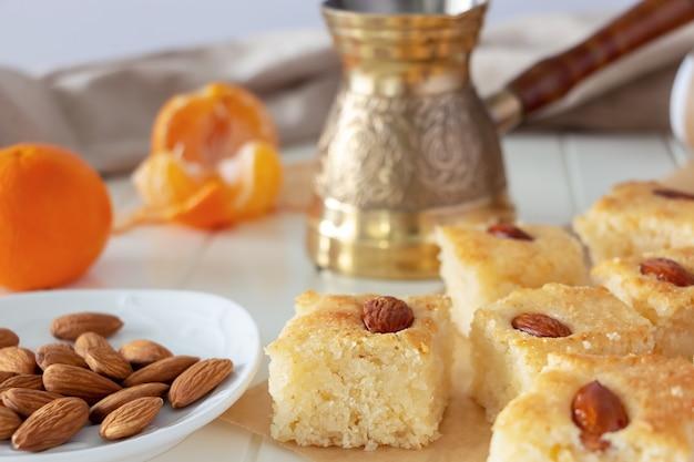 Morceaux basbousa ou namoora dessert arabe traditionnel gâteau de semoule aux amandes copy space