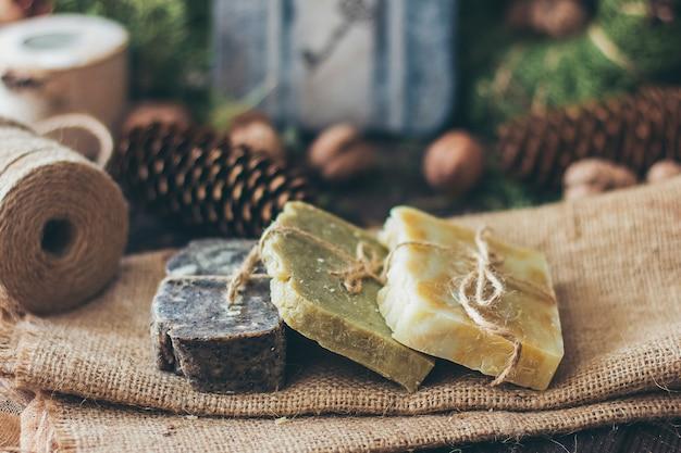 Morceaux de beau savon artisanal naturel sur table en bois