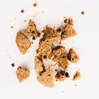 Morceaux de biscuit avec des gouttes de chocolat