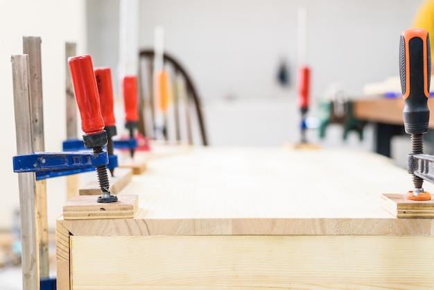 Morceaux de bois serrés avec pinces en c et barre de serrage