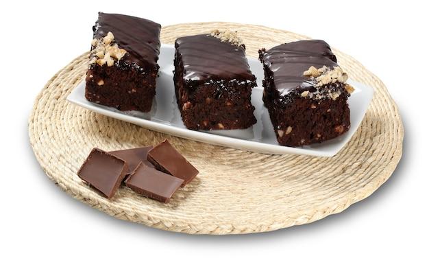 Morceaux de brownie au chocolat isolés sur une surface blanche