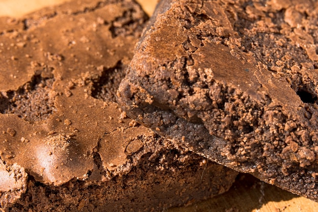 Morceaux de brownie frais sur fond en bois. délicieuse tarte au chocolat. gros plan macro. mise au point sélective.