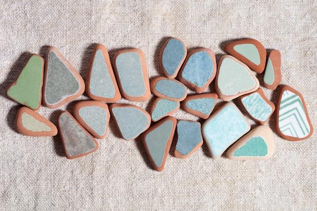 Morceaux de carreaux colorés polis par la mer