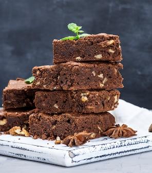 Morceaux carrés de tarte au chocolat brownie aux noix