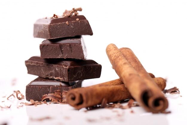 Morceaux de chocolat avec des bâtons de cannelle