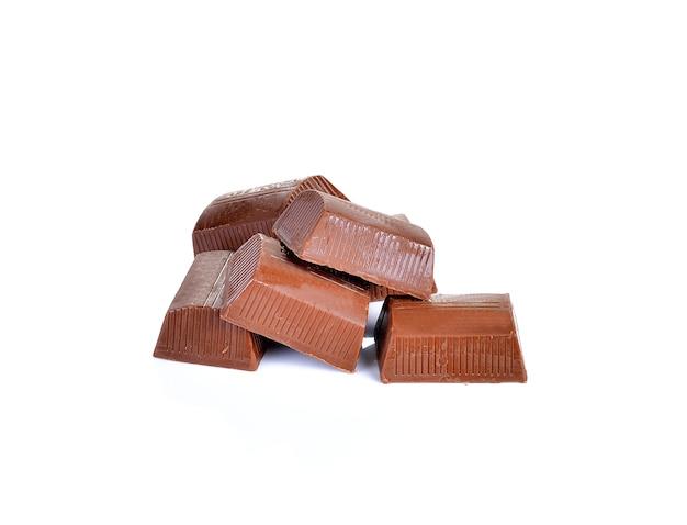 Morceaux de chocolat sur blanc