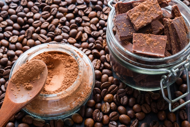 Morceaux de chocolat dans un bocal de verre saupoudré de cacao