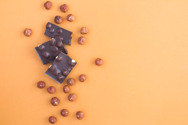 Morceaux de chocolat noir aux noisettes
