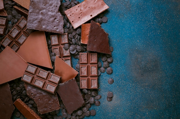 Morceaux de chocolat noir, blanc et au lait. vue de dessus