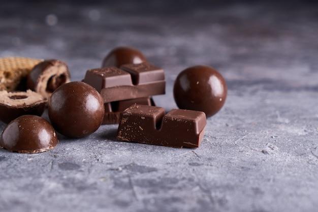 Morceaux de chocolat noir et blanc, chocolats