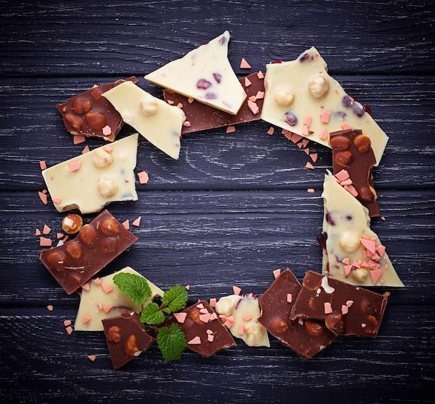 Morceaux de chocolat noir et blanc