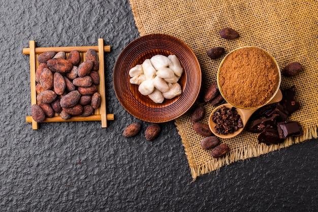 Morceaux de chocolat noir broyés et fèves de cacao, vue de dessus