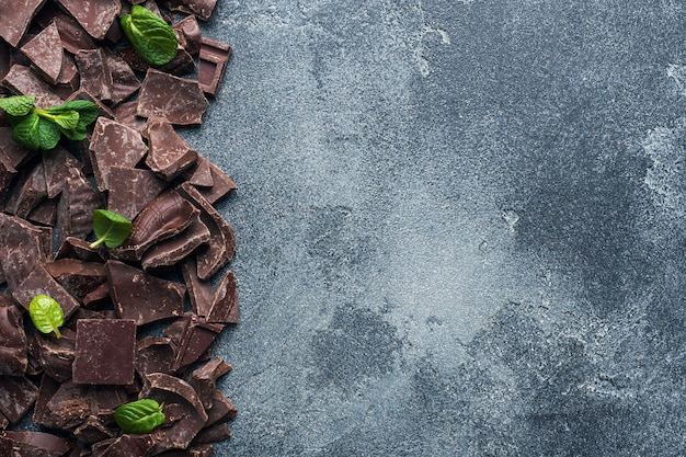 Morceaux de chocolat noir concassé à la menthe laisse un arrière-plan texturé foncé