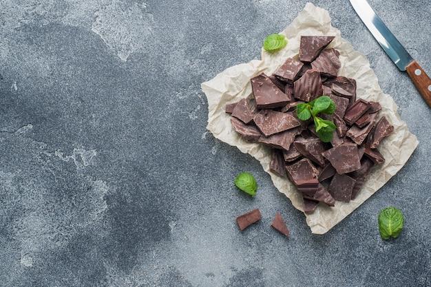 Morceaux de chocolat noir concassé à la menthe laisse une texture sombre avec fond.