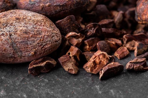 Morceaux de chocolat noir écrasés et fèves de cacao, vue de dessus