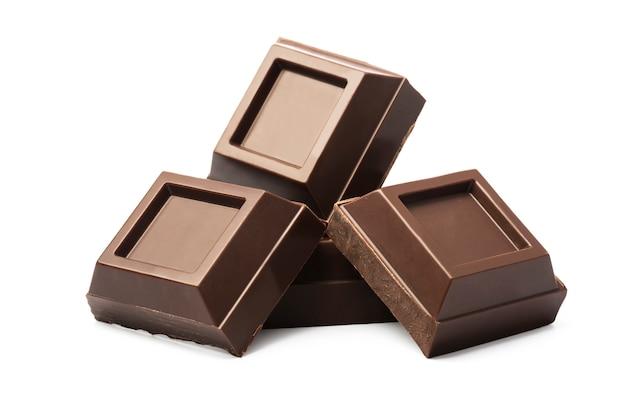 Morceaux de chocolat noir isolés