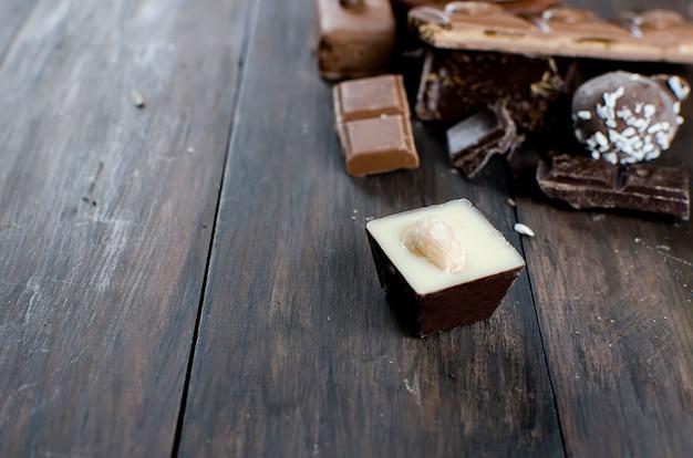 Morceaux de chocolat sur la table en bois