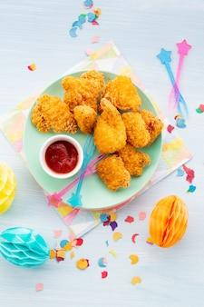 Morceaux croustillants de poulet frit et de sauce au sud