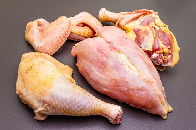 Morceaux crus frais de poulet de volaille (bio) biologique.