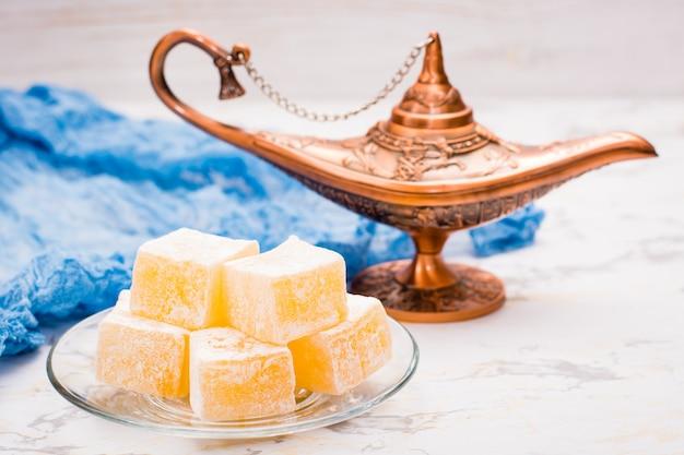 Morceaux de délices turcs sur une assiette