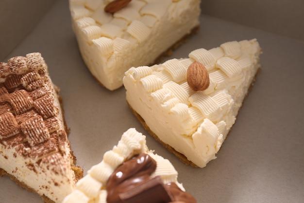 Morceaux de délicieux cheesecake dans une boîte en carton