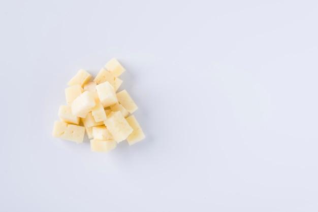 Morceaux de délicieux fromage pecorino sur fond blanc