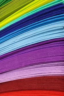 Morceaux d'échantillons textiles de feutre de différentes couleurs pour la couture dans la boutique de bricolage et passe-temps